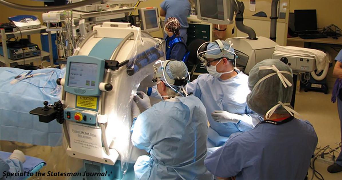 Провели первую операцию по лечению болезни Паркинсона. Пациент играет на гитаре!