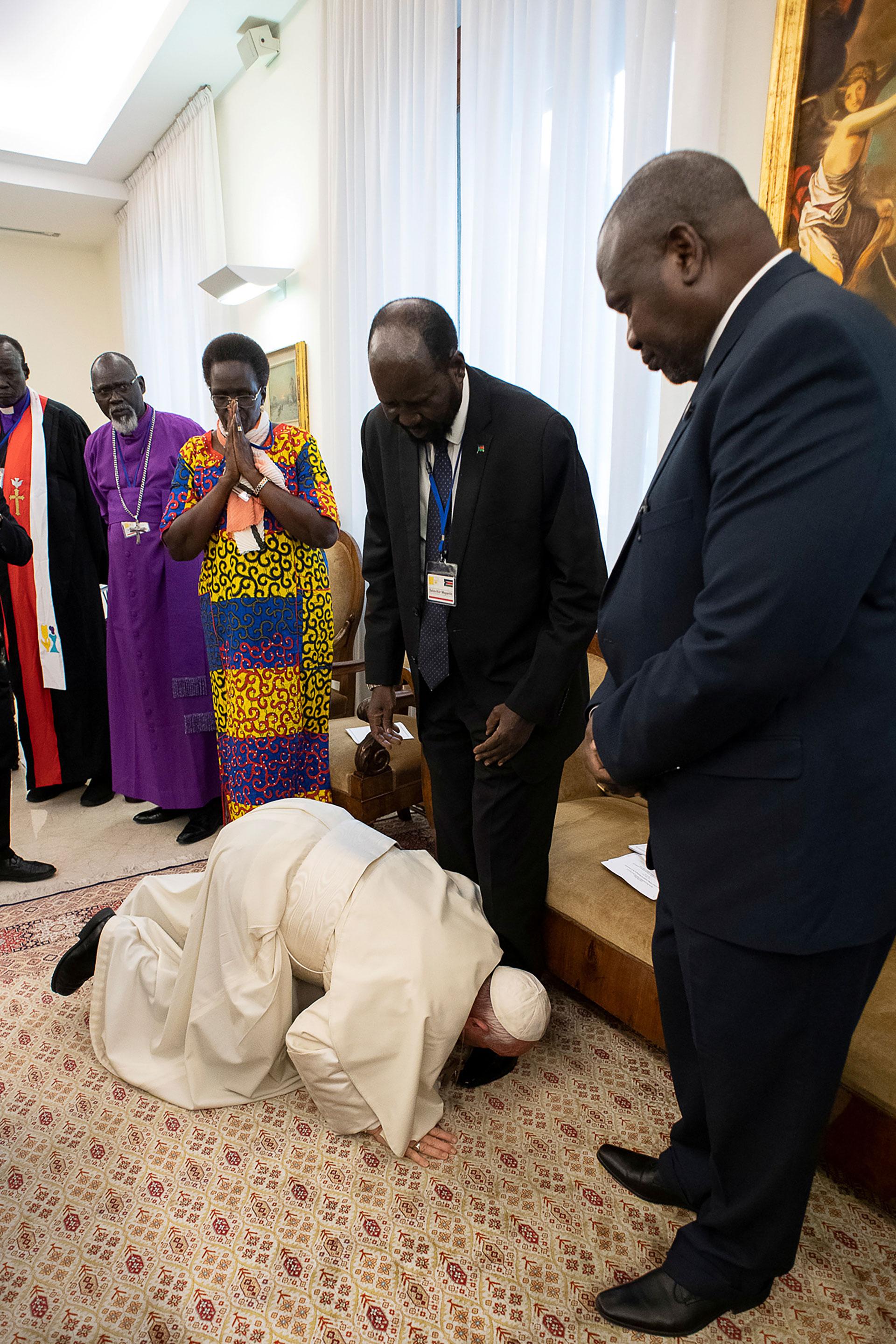 Папа встал на колени перед лидерами Судана, чтобы они закончили войну