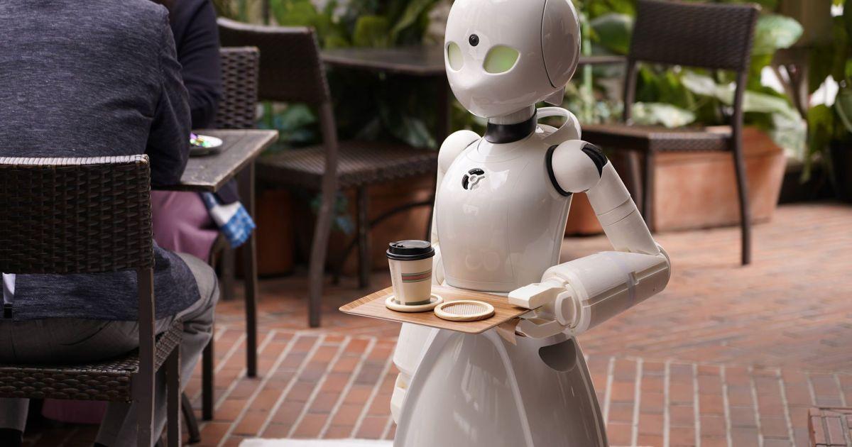 Кафе в Японии берет на работу лежачих инвалидов: они управляют роботами официантами
