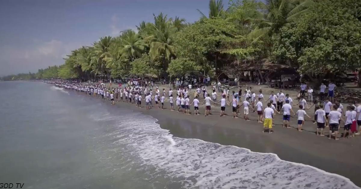 Тысячи людей взялись за руки и прошли обряд крещения на Филиппинах. Вот видео