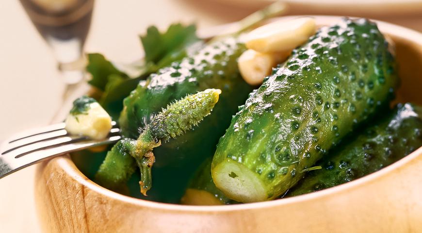 Хрустящие малосольные огурцы в пакете без рассола: восхитительная холодная закуска за 3 часа