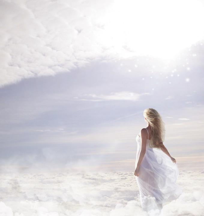 Женщина случайно сняла на видео ″человека″, гуляющего по облакам