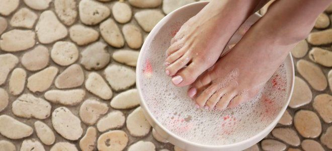 Просто поместив ноги в этот раствор на 20 минут, вы избавитесь от болей, отёков, грибков и ещё 9 проблем!