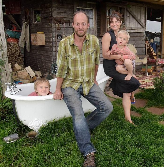 Семья переехала в глушь, чтобы жить вне социума. Без водопровода и электричества они чувствуют себя счастливее