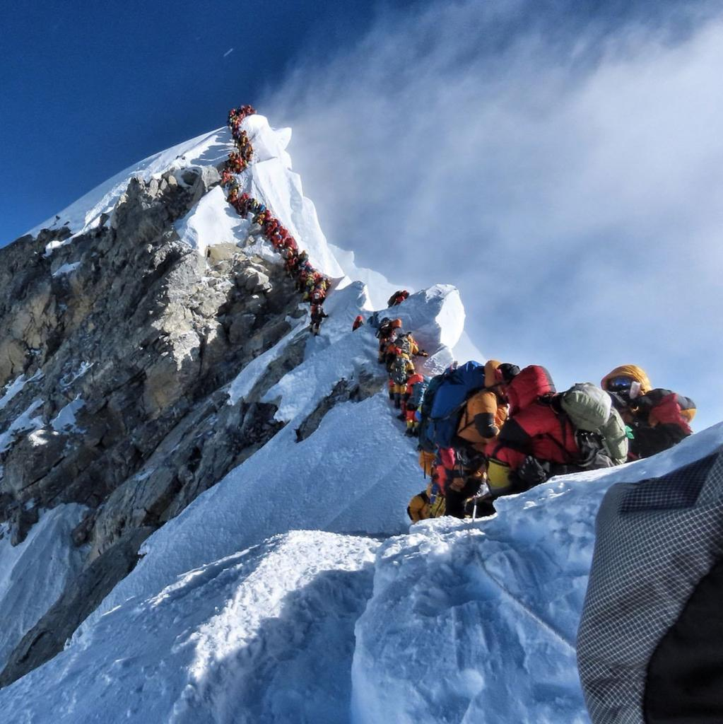 Хорошая погода подтолкнула сотни туристов двинуться покорять пик Эвереста одновременно