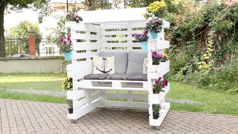 Не хочется покупать дорогую мебель для дачи? Есть другой вариант – сделать уютное место для отдыха из поддонов