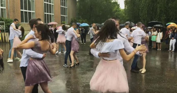 Интернет тронул танец выпускников под дождем. Как красиво выступили!