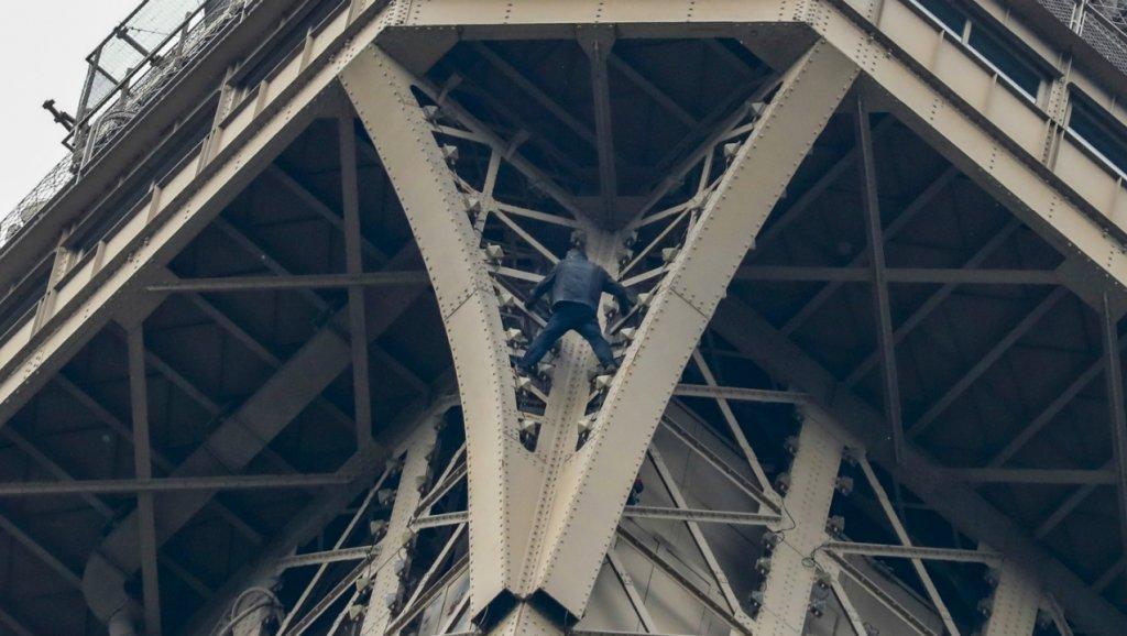 Шесть часов над бездной: неизвестный человек поднялся на одну из опор Эйфелевой башни