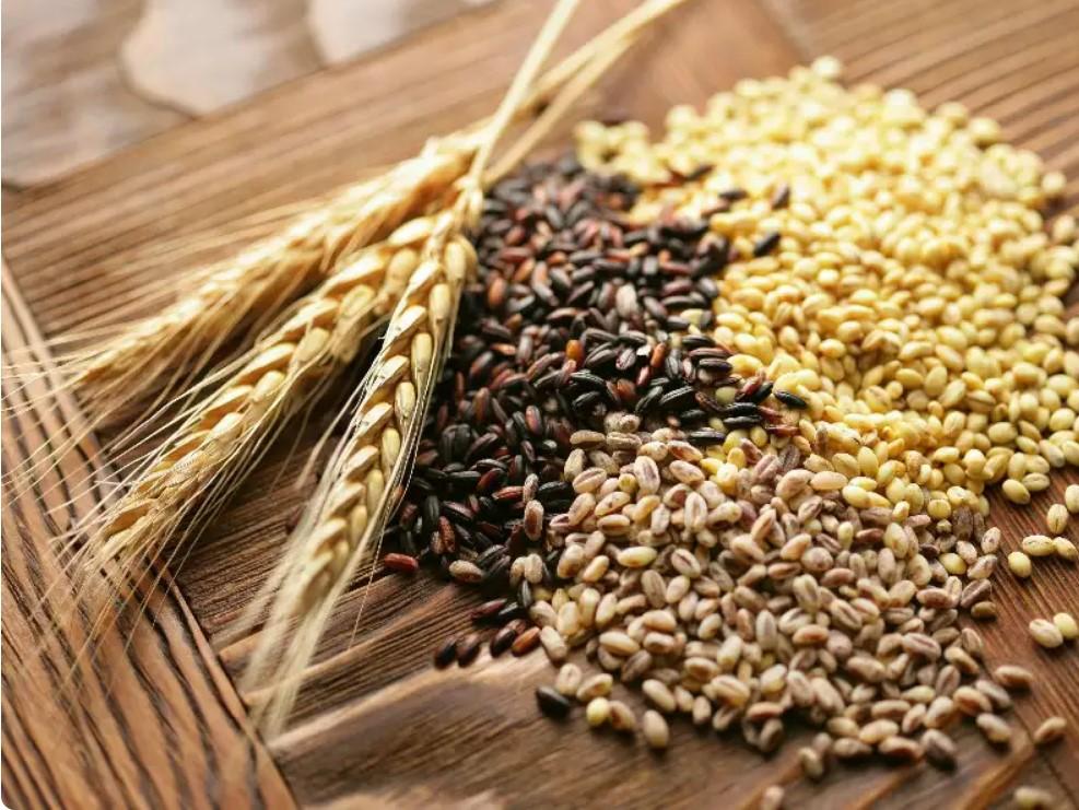 Цельнозерновые культуры, зелень, молочные продукты и еще несколько продуктов, полезных кормящим матерям