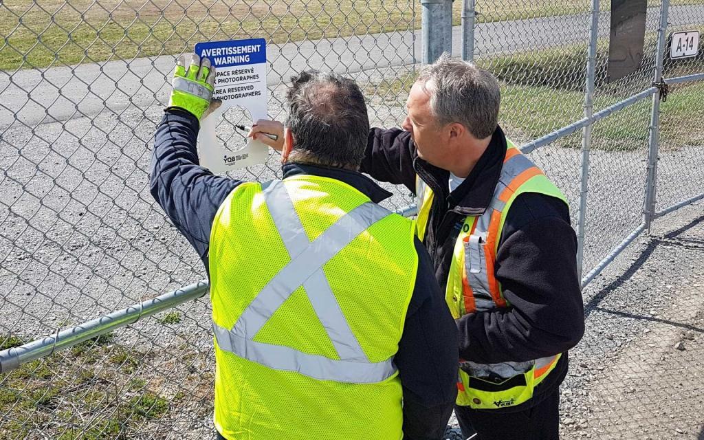 Аэропорт Канады сделал специальное отверстие в заборе для любителей снимать самолеты