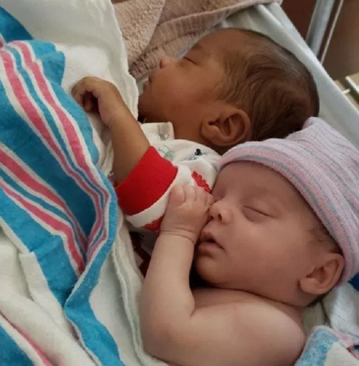 «Меня все время спрашивают:  Вы их усыновили? »: женщина родила очень милых близнецов смешанной расы