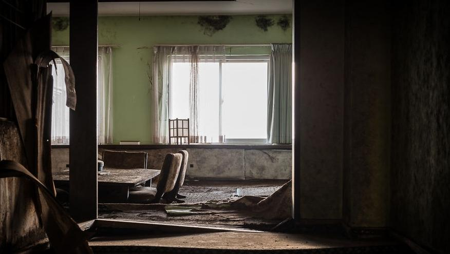 Фотограф отправился в самый большой заброшенный отель в Японии, чтобы запечатлеть красоту его разрушения