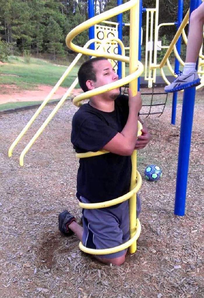 Когда взрослые забыли, что они уже не дети: казусы на игровых площадках (фото)