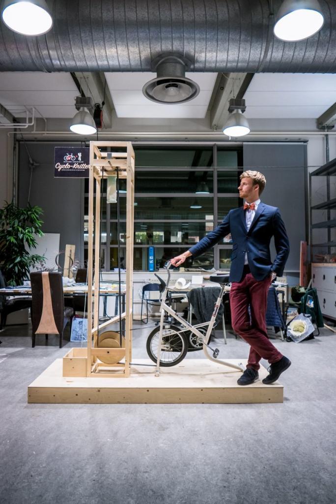 Парень создал вязальную машинку и установил ее на ж/д платформе, чтобы любой желающий мог связать себе шарфик