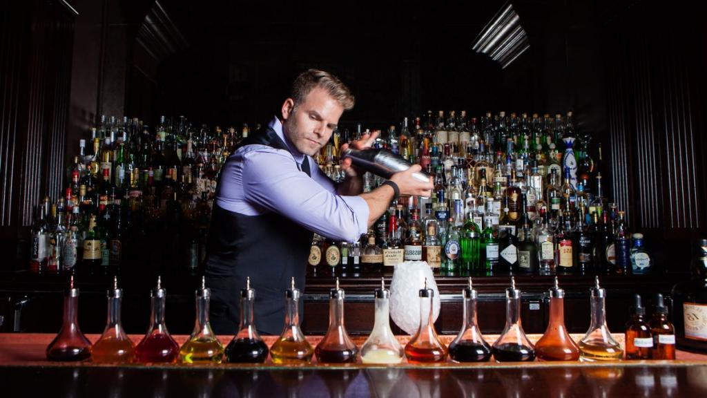 Несколько хитростей барменов, заставляющих клиентов тратить больше