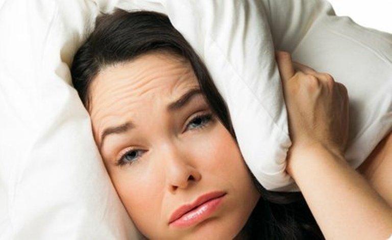 Почему нельзя ложиться спать с мокрыми волосами: 7 возможных последствий