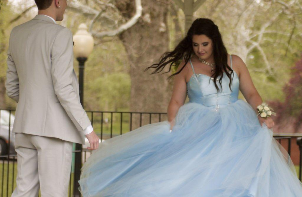 Девушка не смогла позволить себе выпускное платье, и тогда ее парень сшил его сам