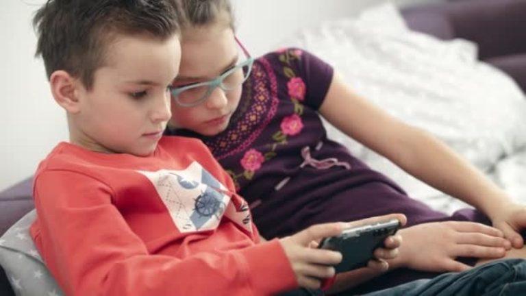 Дети не слушались маму, играя в телефоне до ночи. Женщина придумала систему баллов в качестве воспитания