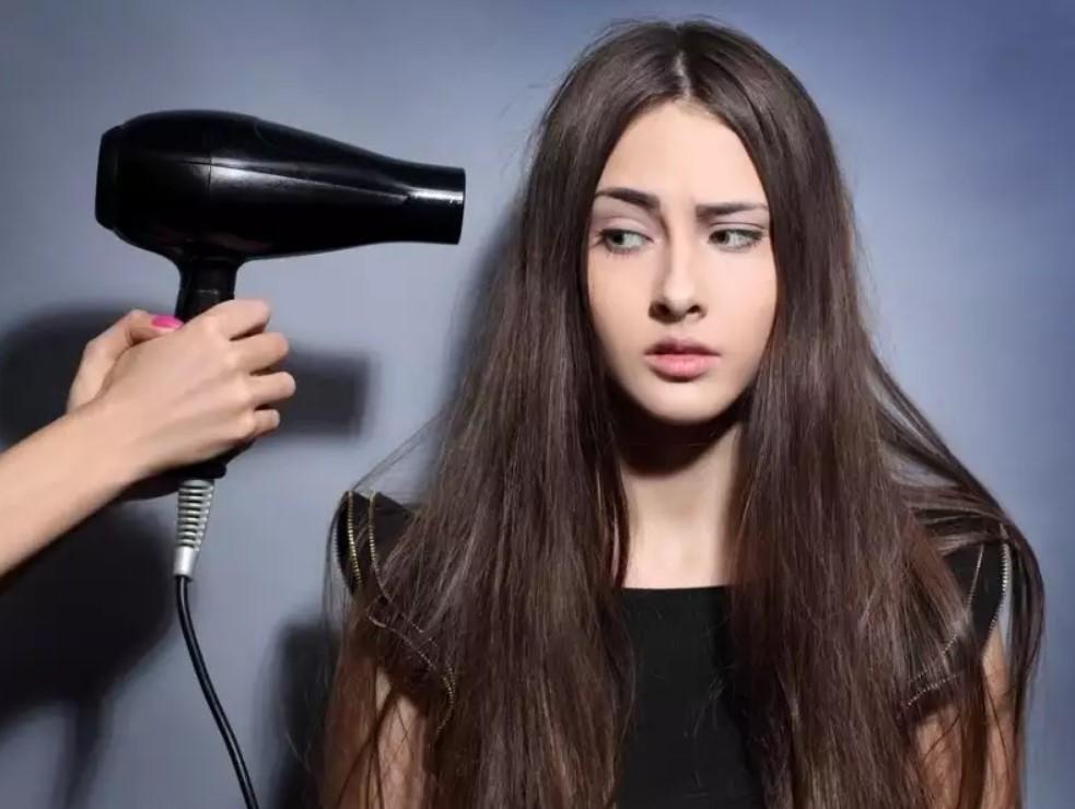 Горячая сушка, некачественные продукты, тугой хвост и еще несколько вещей, которые вредят волосам