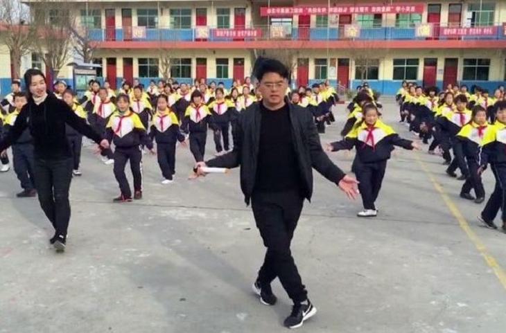 Директор школы в Китае вместе с учениками пускается в пляс, и это лечит от