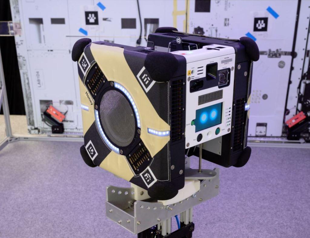 Мини роботы в космосе: NASA испытывает электронных помощников человека для обслуживания в дальних перелетах