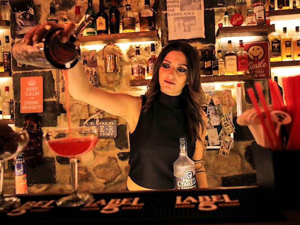 Девушка, работавшая барменом, видела много первых свиданий и рассказала об ошибках, которые совершают партнеры