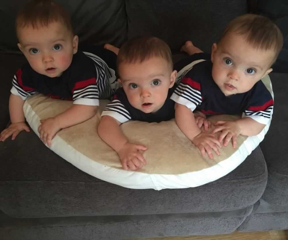 Даже врачи удивлялись, что новорожденные тройняшки очень похожи. Объяснением стал тест ДНК