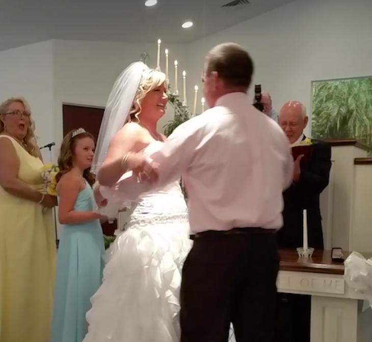 Невеста готова была произнести клятву перед алтарем. Но жених в последний момент пригласил вместо нее другую