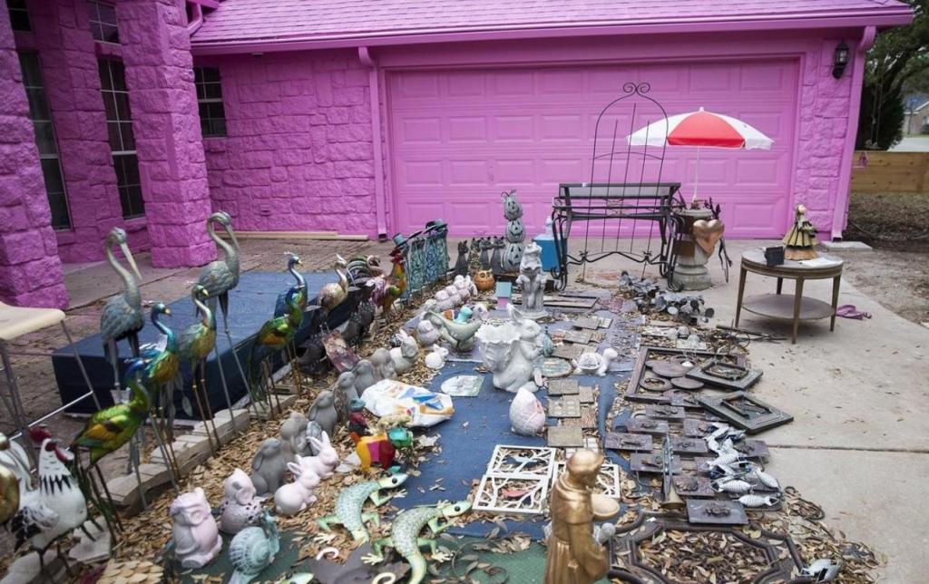 Жилище в стиле жевательной резинки: парень выкрасил дом в розовый цвет, но соседям это не нравится