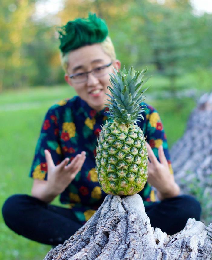 Парень проиграл пари своему двоюродному брату. Теперь его голову сложно отличить от ананаса