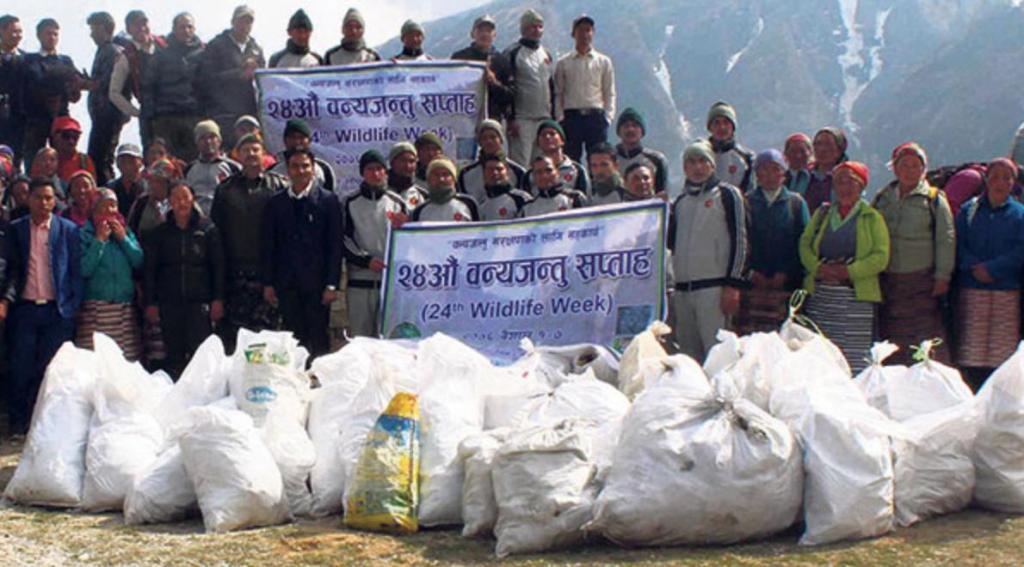 С самой высокой горы в мире собрали более 3 тонн мусора