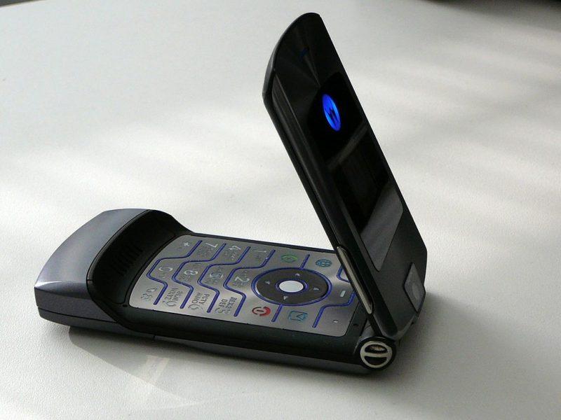 Девочка попросила телефон Motorola RAZR V3 на свой выпускной 2005 года. Подарок получила на свое 30-летие