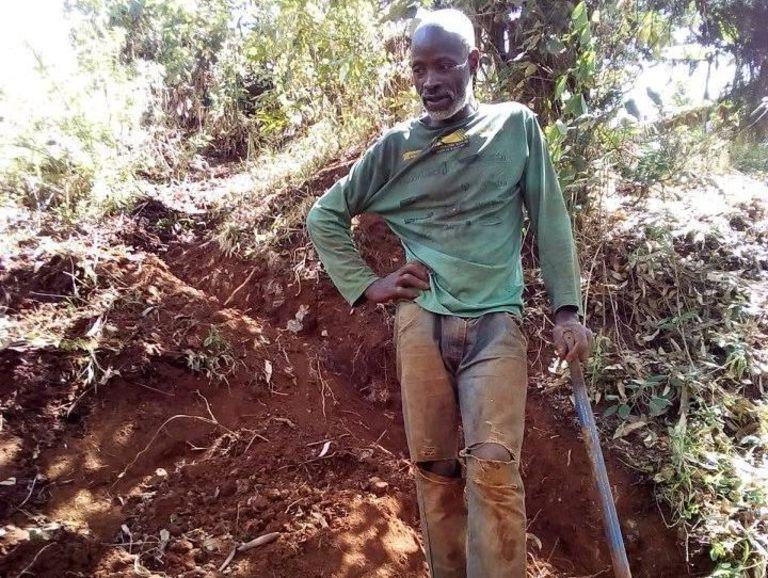 Соседи не понимали, почему мужчина копает землю. Спустя недели они увидели, что он трудится на благо всей деревни