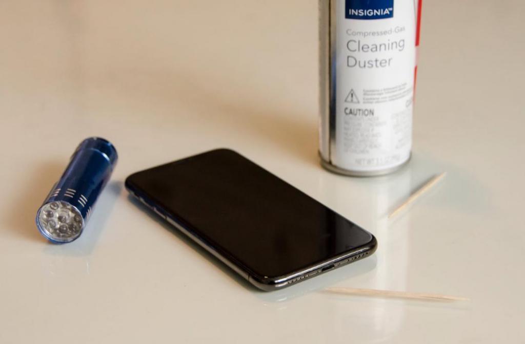Как правильно очистить порт зарядки, если iPhone не заряжается