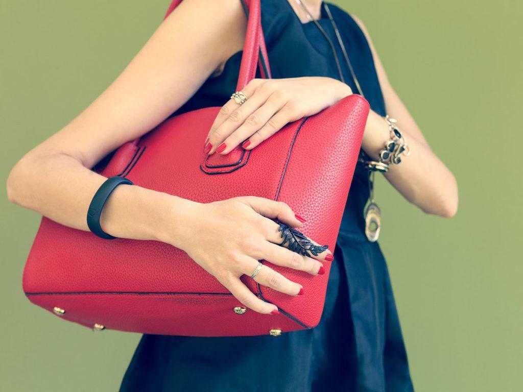 Тележка, кнопка лифта, женская сумка: привычные вещи, которые намного грязнее сиденья унитаза