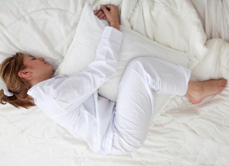 Почему женщины любят спать с одеялом между ног: объясняют психологи и физиологи