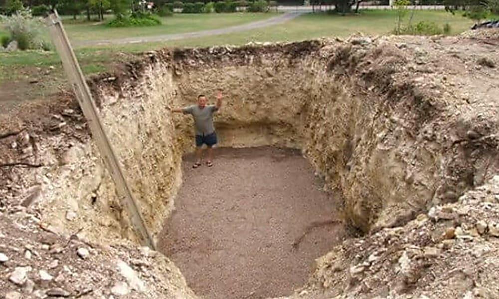 Парень выкопал яму на заднем дворе и в итоге построил что то потрясающее