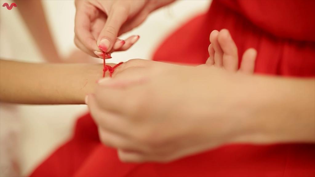 Красная нить на запястье: зачем и как ее нужно носить