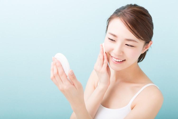Сила уходовых средств: женщины по всему миру начинают отказываться от макияжа в пользу комплексного ухода за кожей. Несколько полезных советов для любого возраста