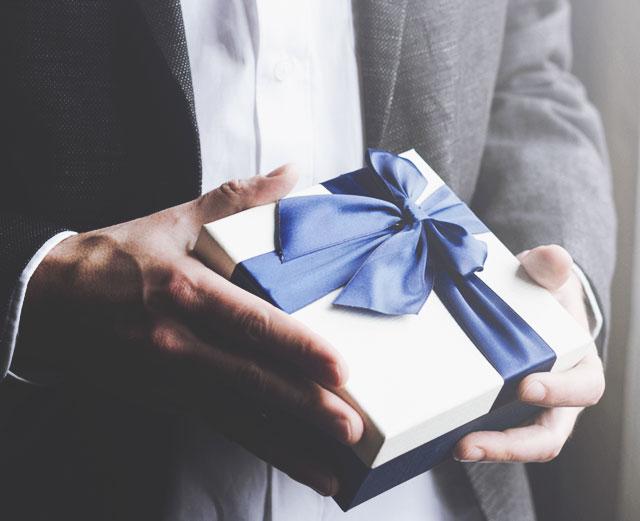 Как правильно дарить ювелирные украшения подруге