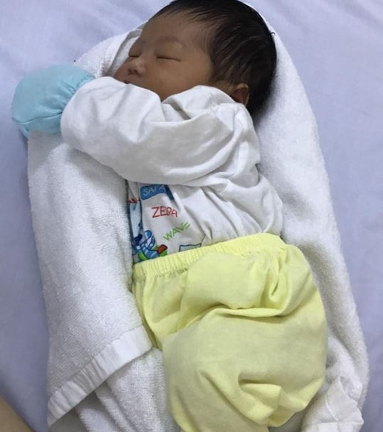 Медсестра показала, как 1 полотенце может убаюкать ребенка. Гениально!