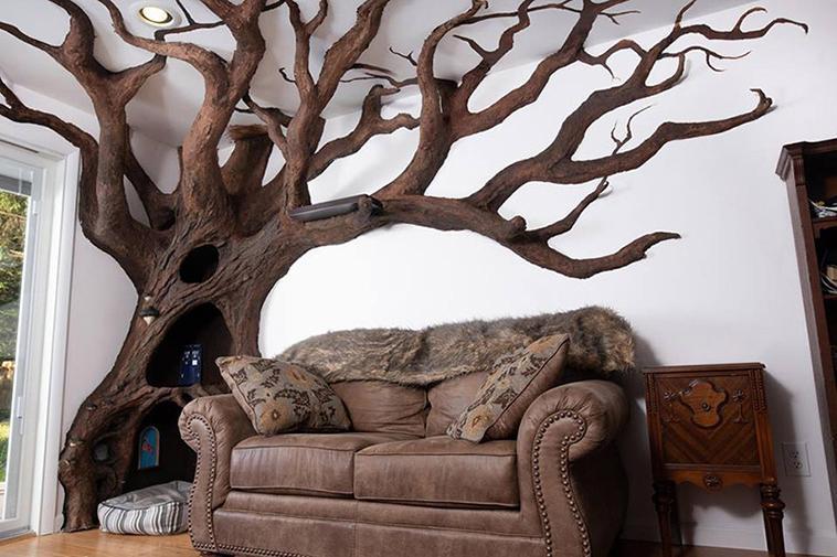 Мужчина построил в гостиной дерево-дом для своей кошки