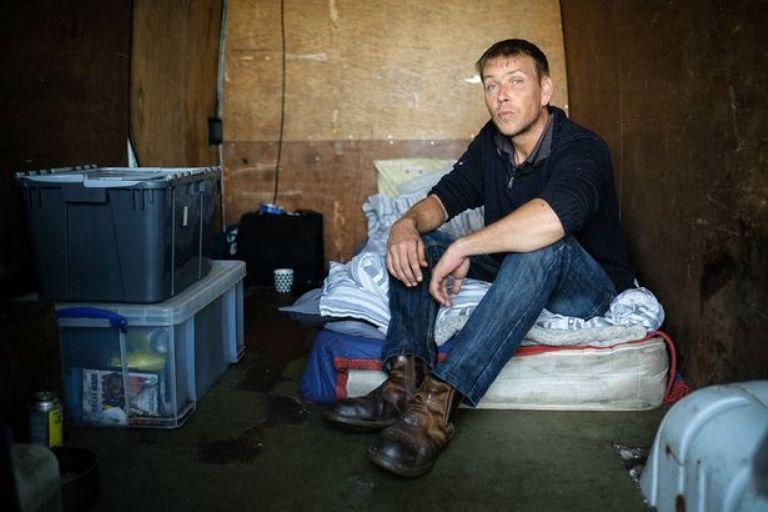 Парень спит в фургоне в ужасных условиях, но его устраивает такой образ жизни. Особенно вид за окном