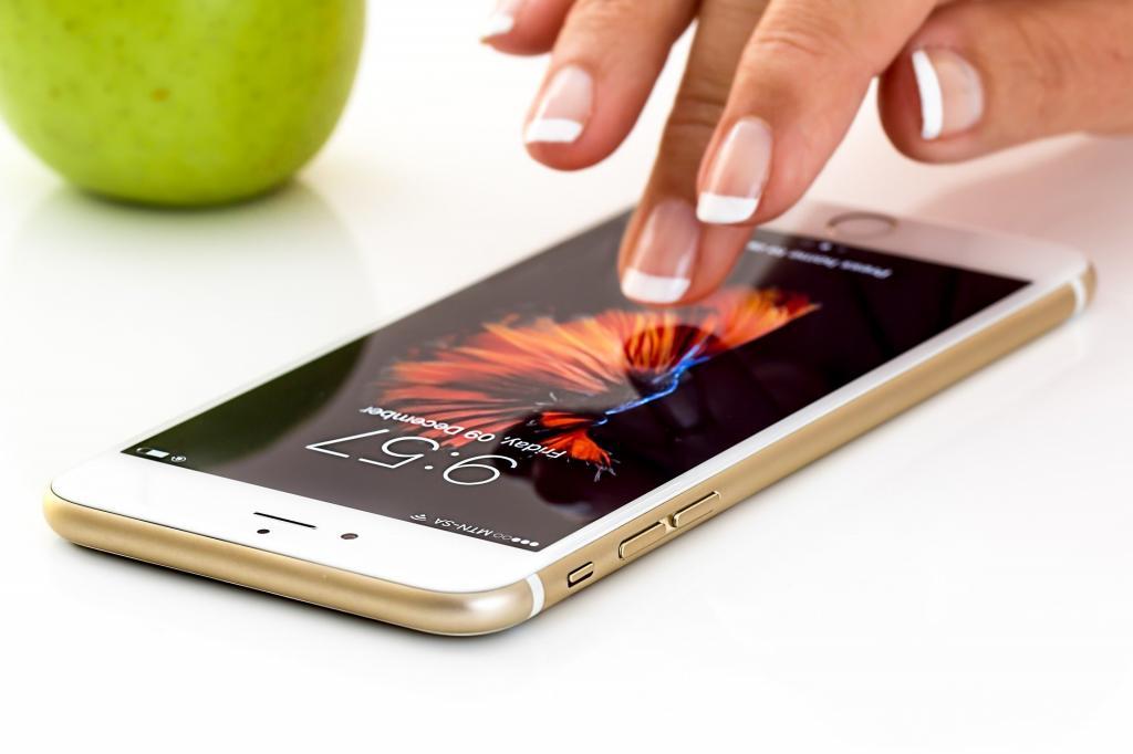 Правильный уход: 9 вещей, которые не стоит использовать для очистки экрана смартфона