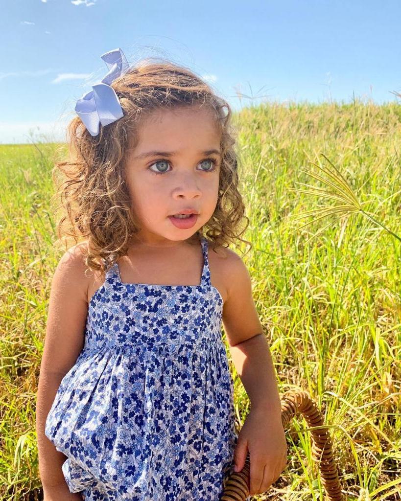 У самой красивой межрасовой пары появилась дочь. Сегодня малышка с голубыми глазами покоряет Сеть своей удивительной внешностью: фото