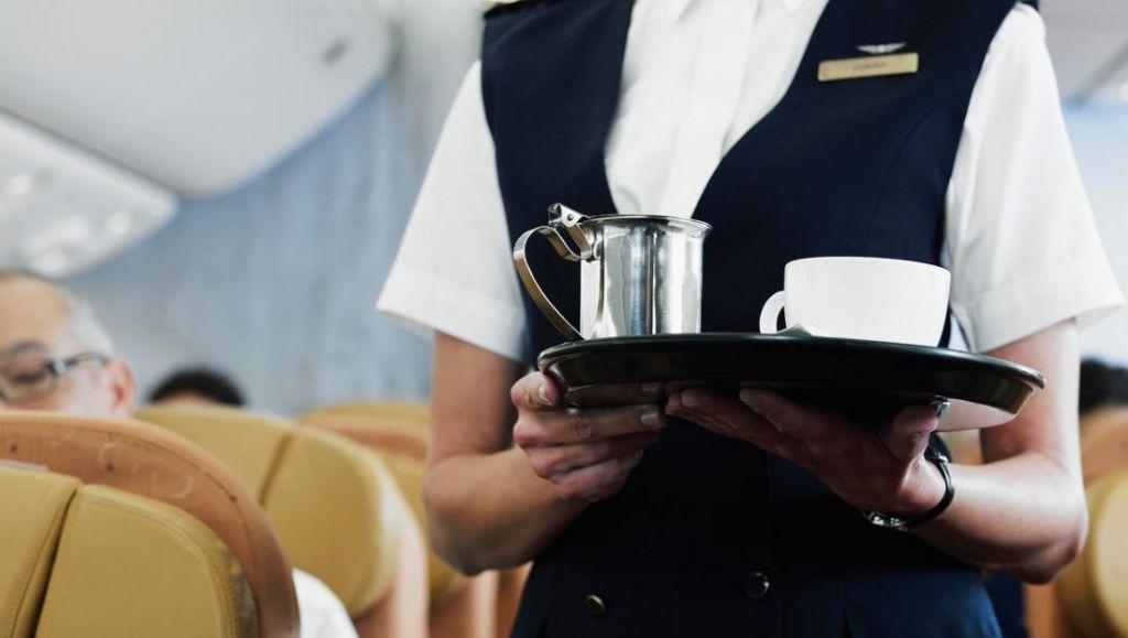 Стюардесса рассказала, почему чай и кофе в самолете лучше не пить