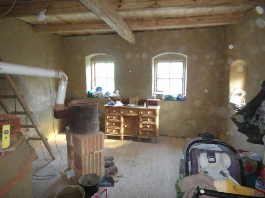 У молодой семьи не было денег на новую квартиру. На крошечные сбережения они купили полуразрушенный дом и сегодня живут, как в сказке