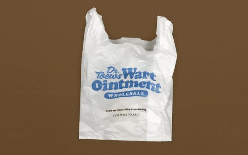 Владелец магазина в Ванкувере начал печатать на полиэтиленовых пакетах смущающие надписи, чтобы покупатели охотнее отказывались от пластика