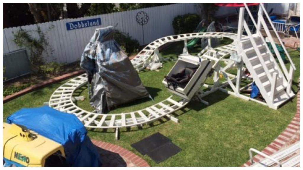 Пожалуй, лучший дедушка на свете: мужчина построил на заднем дворе настоящий парк в стиле Дисней, чтобы его внукам не приходилось скучать