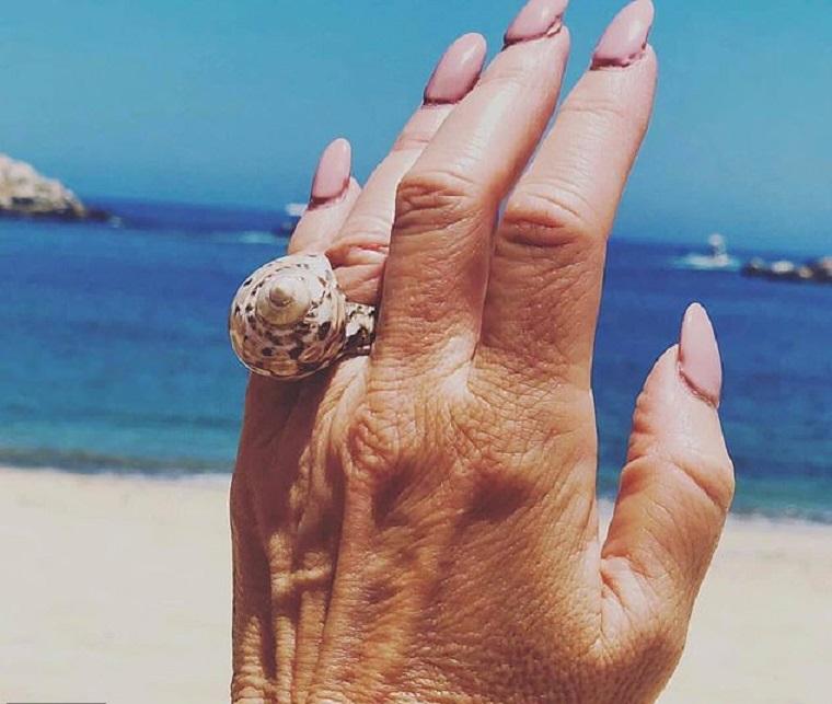 Женщина показала свое необычное кольцо, подаренное женихом. Но интернет пользователи обратили внимание на ее ногти
